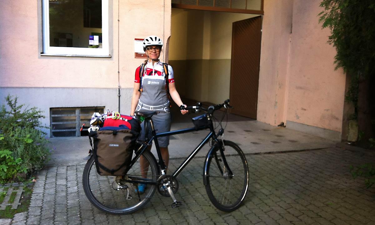 Velonista Gründerin Roxy mit ihrem voll bepackten Fahrrad