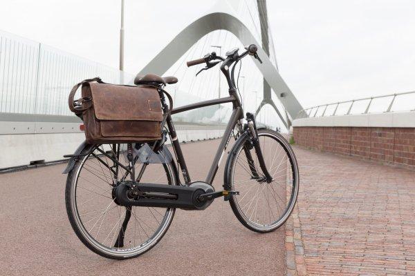 Pendeln mit dem Fahrrad mit Laptoptasche Gepäckträger aus Leder